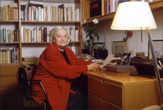 Hella Haasse thus in haar werkkamer