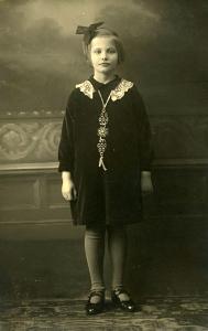Poserend voor de fotograaf als jong meisje (foto viirtueel Hella Haasse Museum)