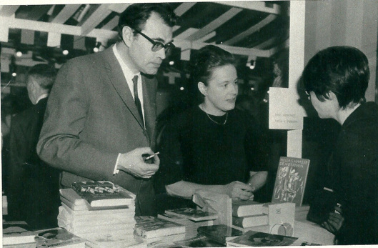 Hella Haase met Godried Bomans op de Bijenkorf boekenmarkt in april 1966