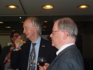 Hans Krol in gesprek met Frank van der Voordt, secretaris van het Godfried Bomans Genootschap tijdens de presentatie in de OBA