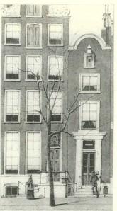 Het eerste pand van antiquariaat-veilinghuis R.W.P.de Vries vanaf 1865, toen nog geassocieerd met de firma C.Weddepohl, was gevestigd in het smalle huis rechts, Keizersgracht 302 in Amsterdam (foto boek P.J.Buijnsters)