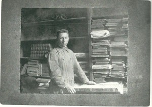 Menno Hertzberg als volontair bij antiquaar/veilinghuis De Vries in Amsterdam op 26 augustus 1915