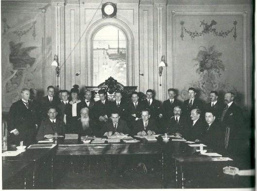 Oprichting van het Nederlandsch Verbond van Boekenvrienden (1925). Menno Hertzberger aan de tafel rechts.
