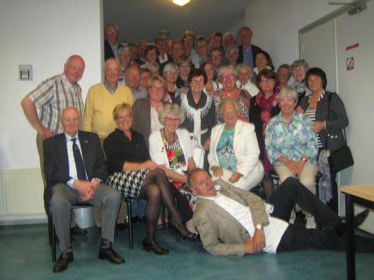 Groepsfoto op 17 mei 2014 gemaakt  na een souper verzorgd door de firma Vreeburg in een zaal van de Pinksterkerk met een gevloerde maar niet uitgetelde voorzitter Leon Christophe op de voorgrond.