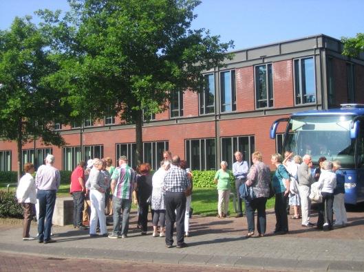 Bij het vertrek 18 mei nabij het raadhuis van Heemstede