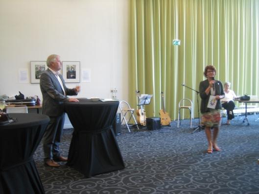 Gemeindesekretär dr. Wollem van den Berg von Heemstede und sprecherin Marianne Weiland beim Abschied am 7. August 2015 im Rathaus von Heemstede
