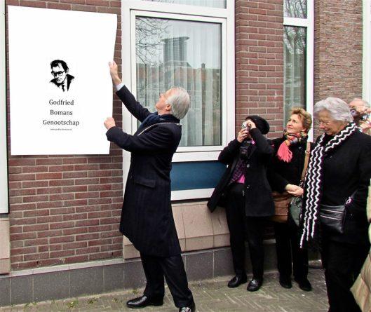 Vóór de onthulling van een plaquette op de plek van het vm. geboortehuis van Godfried Bomans aan de (Dunne) Bierkade 2 in Den Haag (foto Roel Wijnants, met dank aan Frank van der Voordt)