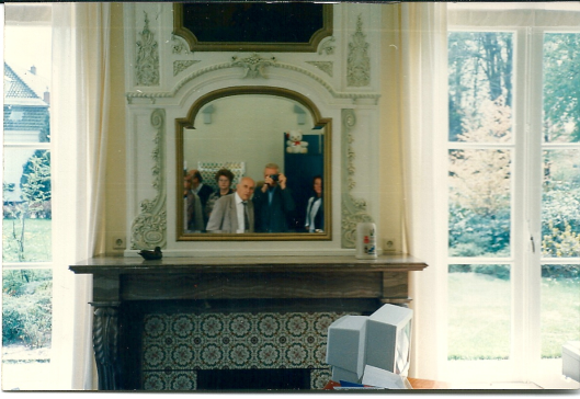 Interieurfoto Berkenrode met Jan Bomans in spiegelbeeld