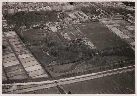 Luchtfoto van Berkenrode, tussen Leidsevaart (onder) en de Herenweg met rechtsboven de St.Bavokerk