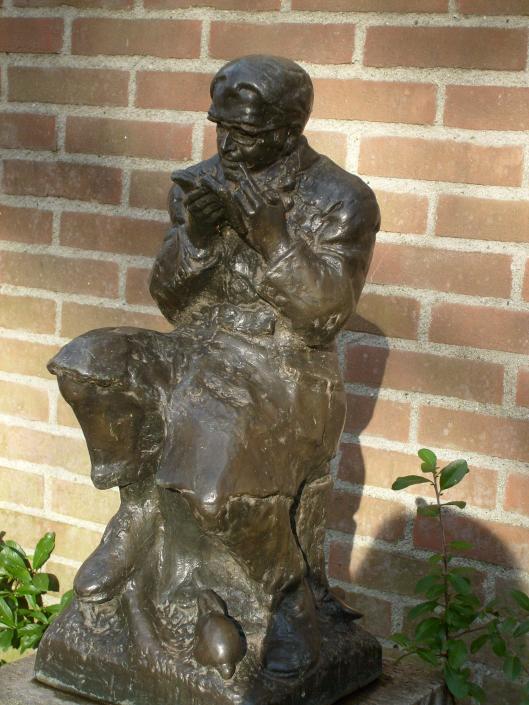 Beeld van Godfried Bomans door Wim Jonker in de Wijngaardtuin Haarlem. Een replica bevindt zich in de Bibliotheek-Heemstede