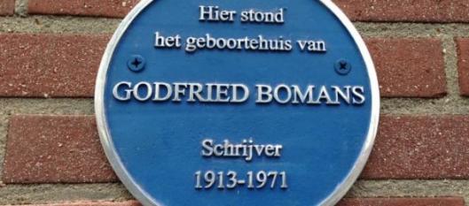 De aan de Dunne Bierkade aangebrachte gedenkplaat ter hoogte van de plek waar Godfried Bomans op 2 maart 1913 is geboren (foto Den Haag FM)