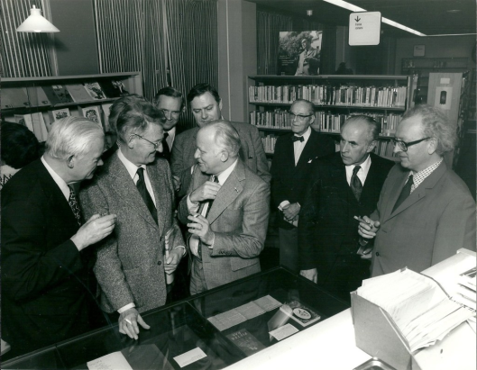 In 1974 had een grote tentoonstelling plaats over Godfried Bomans' werk in de openbare bibliotheek Heemstede, die door ongeveer 24.000 personen uit alle delen van het land werd bezocht. Tevens verschenen o.a. een catalogus Bomansiana en bibliofiele boekenlegger. Op deze foto van links naar rects: dr. Edward Brongersma, Simon Carmiggelt, (daarachter enkel met hoofdhaar zichtbaar Herman Hofhuizen), burgemeester Quarles van Ufford, Michel van der Plas, daarachter J.K. Bangert, de heer Hessels, Jan Bomans en de heer Disselkoen