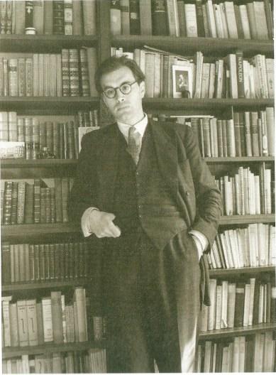 Godfried Bomans voor zijn boekenkast in zijn huis Zonnelaan 17