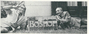 Godfried Bomans en Herman van Run met de door hen van de vernietiging geredde gevelsteen Boshof