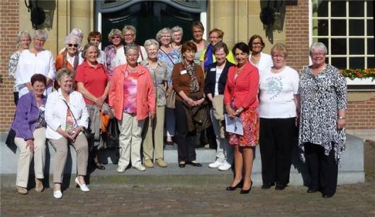 Delegatie van 'Landfrauen Verein'in bad Pyrmont met wethouder mw. Christa Kuiper (4e van links) voor het raadhuis van Heemstede. Helemaal rechts mw. Elisabeth Grolman