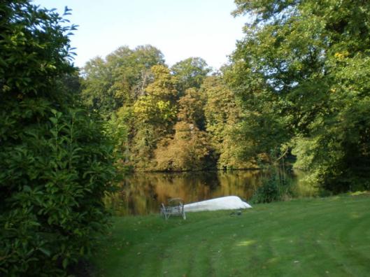 In de tuin van Berkenrode, evenals de Overtuin/het Overbos één van de inspiratiebronnen voor Bomans' Erik
