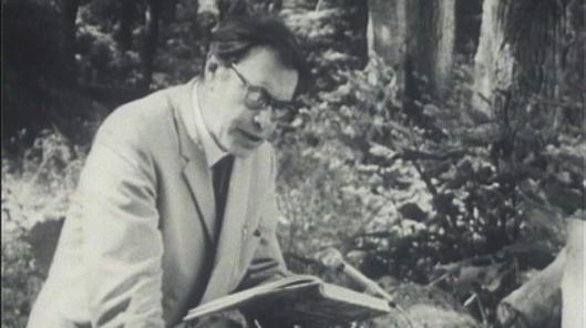 Godfried Bomans in het bos voorlezend uit zijn 'Erik'