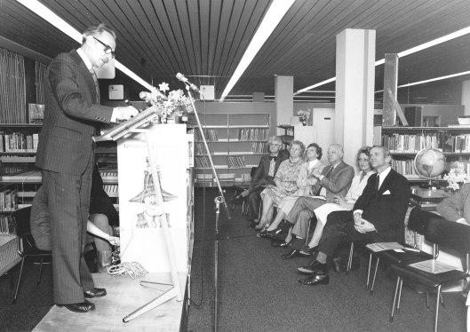 Wethouder C. Sprangers als spreker bij opening Bomans-tentoonstelling op 6 april 1977 in bibliotheek Heemstede. Voorste rij v.l.n.r.: Herman Hofhuizen, onbekende, mw.Lies Hofhuizen, Michel van der Plas, mw. Quarles van Ufford-Hanselaar, burgemeester jhr.mr.W.H.D.Quarles van Ufford