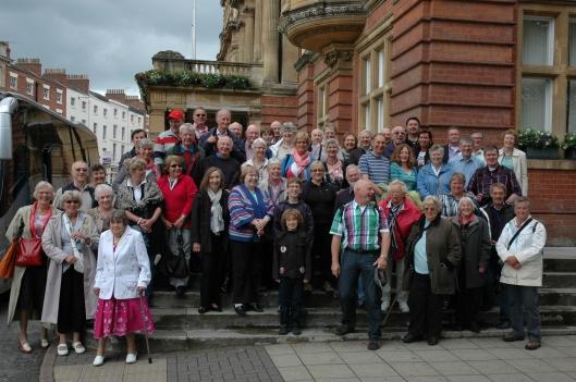 Groepsfoto bij de 'Town Hall' van bezoek Heemstedenaren aan Royal Leamington Spa in 2012