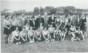De hockeysters van Alliance - op het terrein van de fabriek Lockheed - die het moesten afleggen tegen de Engelse dames