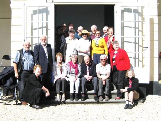 De Leamingtonians en enkele Heemstedenaren voor de theekoepel (voormalige menagerie) van het Huis te Manpad