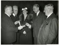 De heer S.J.Robitsch was 33 jaar bibliotecaris van de Eerste en Tweede Kamer. Hier op een foto uit 1952 met v.l.n.r. mr.L.G.Kortenhorst, mr. P.J.Oud, mw. Robitsch, S.J.Robitsch en J.Schouten in de rookzaal van de Tweede Kamer (foto Friezer-Stokvis, Haagse Beeldbank)