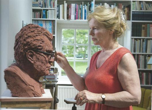Ellen Wolff aan het werk met borstbeeld van Godfried Bomans. Uit: Werk in uitvoering; Heemsteedse kunstenars in beeld, door Inger Loopstra, 2015. ISBN 978-90-9028846-8