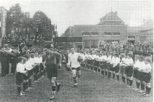 R.K.Holland tegen R.K.België op he terrein van Berkenrode in 1935. Op deze foto de binnenkomst van de Belgen.