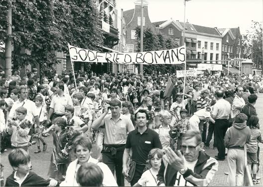 De Bomansschool-leerlingen lopen mee tijdens wandeltocht 11 juni 1983 in Haarlem