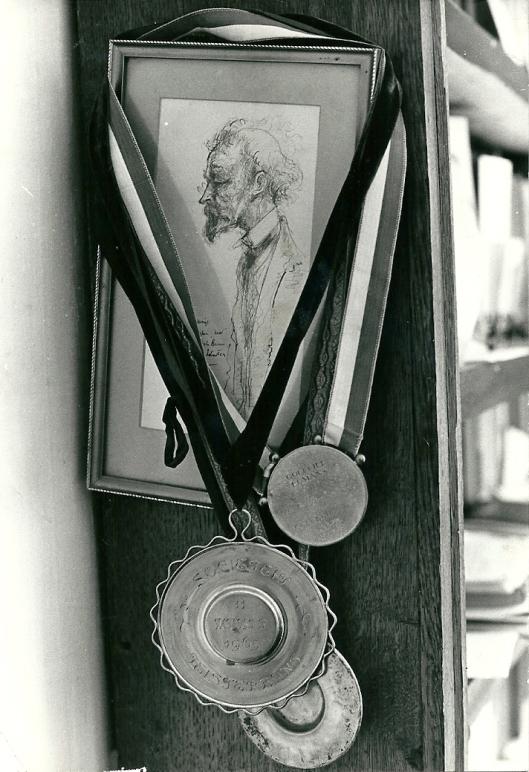 Portret van Pieter Bas door Harry Prenen dat in de werkkamer van Bomans hing, omgeven door enige (carnavals)onderscheidingen