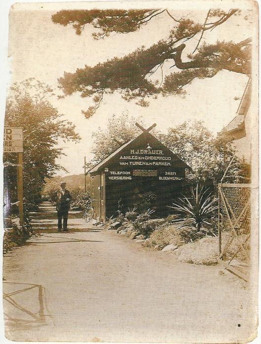 Het laantje op het nabij'Berkenrode gelegen Berkenrode, waar Godfried Bomans vaak wandelde. In de entree Hovenier-eigenaar H.J.Draijer