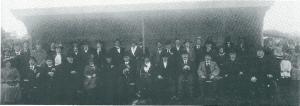 De (ere)tribune van voetbalclub Heemstede-Berkenrode Combinatie (HBC), war enkel kerkelijke en wereldlijke autoriteiten beschut tegen wind en regen plaats mochten nemen. Van de priesters noemen we slechts: plebaan Rikmanspoel, kapelaan Detemeyer van de Bavo-kathedraal en kapelaan M.C.Caarls van de kerk in de Jansstraat (destijds een begrip). Vooraan derder van links gemeentesecretaris Swolfs, als vierde wethouder dr. Droog en als 5e en 6e mr. J.B. Bomans en diens echtgenote.