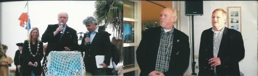 Vorsitzende Achim Krause aus Lügde hat nach 18 Jahren Abschied genommen. Ganz links steht Bürgemeisterin Frau Elke Christina Roeder. Ganz rechts: Willem van den Berg, Gemeindesekretär von Heemstede. [aus Vierklang, Nr. 7/November 2013]