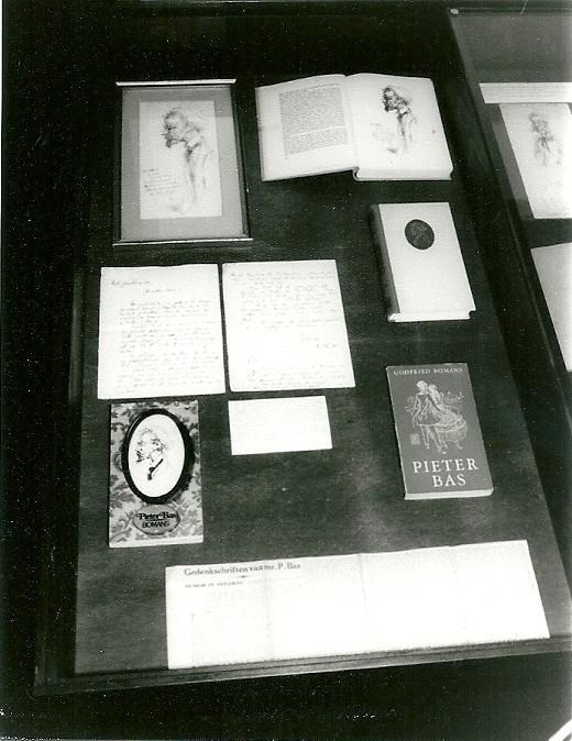 Pieter Bas vitrine tijdens Bomans-tentoonstelling 1977 in Bibliotheek Heemstede