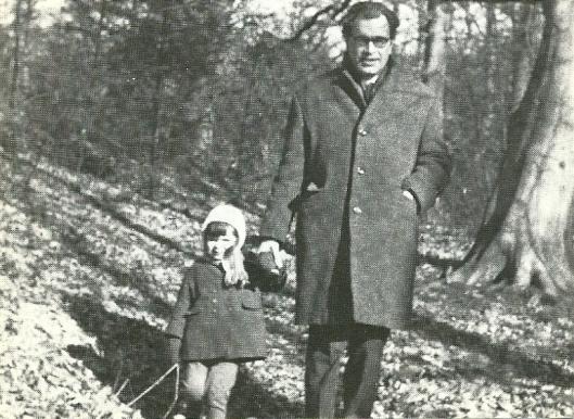 Godfried Bomans met dochtertje in het bos van Bloemendaal. Uit: 'Herinneringen aan Godfried Bomans'(1972). Daarin schrijft Eva als herinnering in januari 1972:
