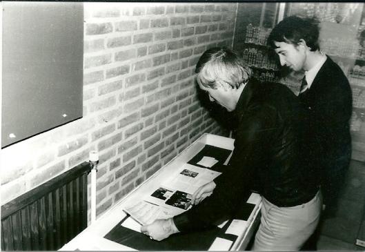 Ted van Turnhout (links) en Hans Krol bij de voorbereiding van een Bomans-expositie in de bibliotheek van Heemstede