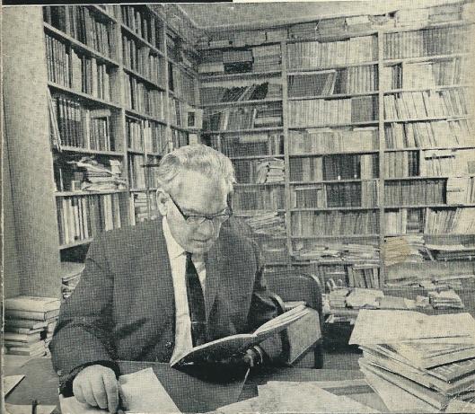 Gerard Knuvelder (1902-1982) in zijn werkkamer