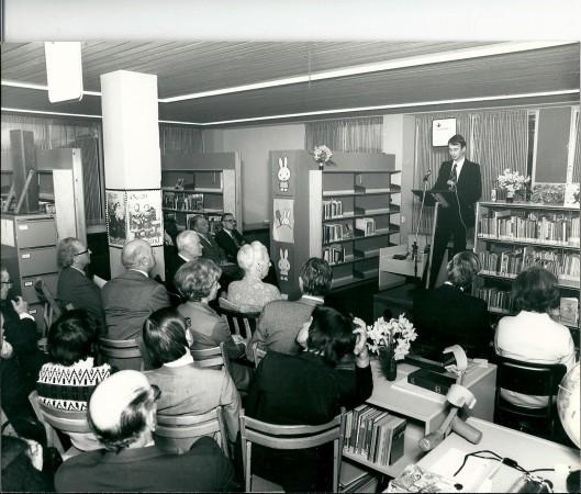 hans Krol, directeur van de bibliotheek Heemstede bij de opening van de Godfried Bomans-tentoonstelling in 1977