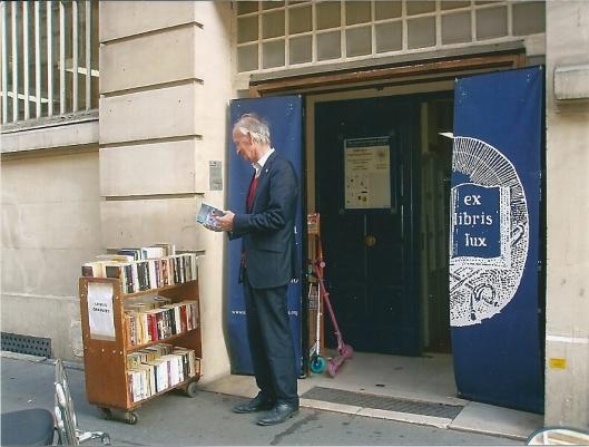 Hans Krol op zoek bij antiquariaat Ex libris Lux in Parijs (2012)