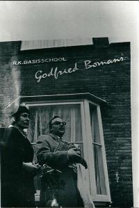 9-11-1972 vond in Haarlem de onthulling van een bord 'Godfried Bomans School' plaats in Haarlem-Noord door mevrouw G.M.Bomans-Verscheure. Rechts het plaatsvervangend hoofd van de school J.van Wieringen.