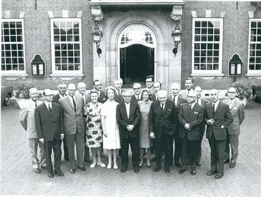 Afscheidsfoto gemeenteraad 1966-1970 op 27 augustus 1970 gemaakt voor het raadhuis van Heemstede. V.l.n.r. Gerad Kuiper, dr. J. van Berckel, C.Brandsma, H.van Ark, M.Scheer, mw. mr.A.Gaasterland-Braaksma, secretaris mr. J.Kruitwagen, mw. H.v.d. Meulen-Houwer, ir. D.Enschedé, loco-burgemeester mr. O.van Wijk, G.Willemse, mw. drs.E.Vriesendorp-de Clercq, dr. J.v.d. Briel, ing. M.v.d.Hulst, Tyh. Verhoeven, H. Smit, dr. Jan de Ruiter, J.Beijen (zoon van vroegere minister van Buitenlandse Zaken), Jan Bomans, Herman H.Rücker
