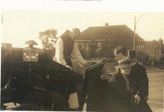 Neomist Arnold Bomans (pater Johannes Baptist) arriveert in 1941 in open rijtuig bij de H.Bavokerk en wordt daar begroet door o.a. zijn moeder en broer Godfried. Op de achtergrond de vm. Henricus-ulo aan de Herenweg in Heemstede