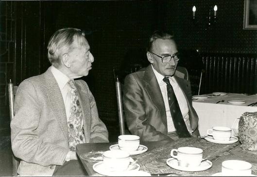 Cees Sprangers (rechts) in gesprek met A.J.Schneiders, leraar Nederlands op het Triniteits van Godfried Bomans