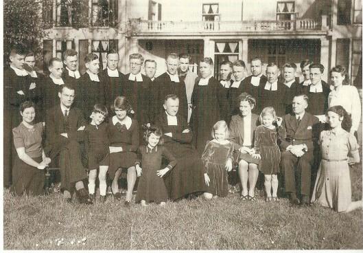 Foto uit augustus 1944 toen familieden Ogtrop, Dólleman en Bouwman onderdak vonden in het huis Berkenrode van mw. Bomans. Helemaal recbts geknield is de latere televisiepresentatrice Mies Bouwman.