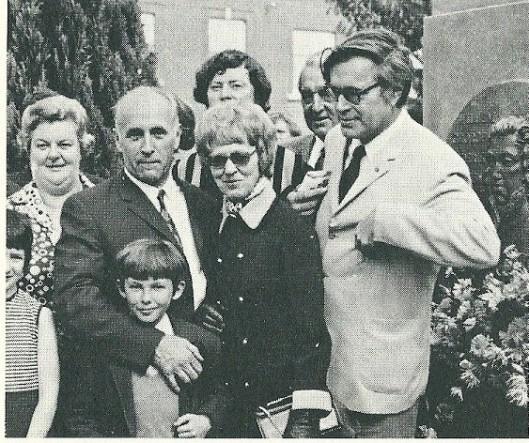 Jan Bomans, zoontje Arnold, echtgenote Mia Bomans-Snelder en rechts Godfried Boans bij de onthulling van een monument voor o.a. prins Willem George Frederik in het Belgische Wervik. Eén van de laatste foto's van een nog levende Godfried Bomans