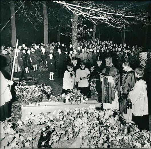 De begrafenisplechtigheid van Godfried Bomans op 24 december 1971 op het S. Adelbertus kerkhof in Bloemendaal