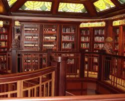 Bibliotheek op cruiseschip Elizabeth 2 van Cunard-lijn.
