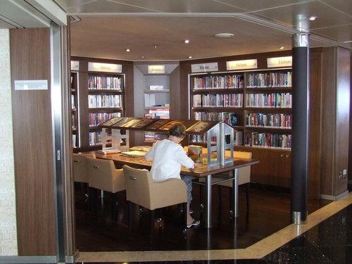 Cruiseschip 'Eurodam' van de Holland Amerika Lijn. De bibliotheek heeft zowel boeken als muziek (dvd's e.d.) beschikbaar