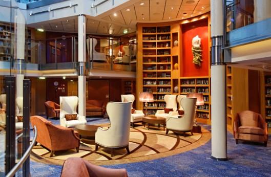 Bibliotheek aan boord van cruiseschip Europa 2, dek 10/11