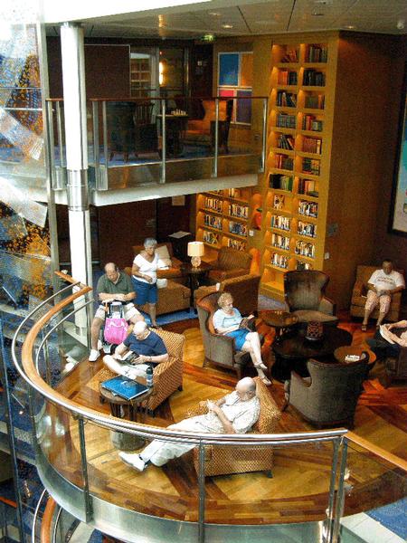 Recreatief ontspannen in de bibliotheek van een HAL-cruiseschip